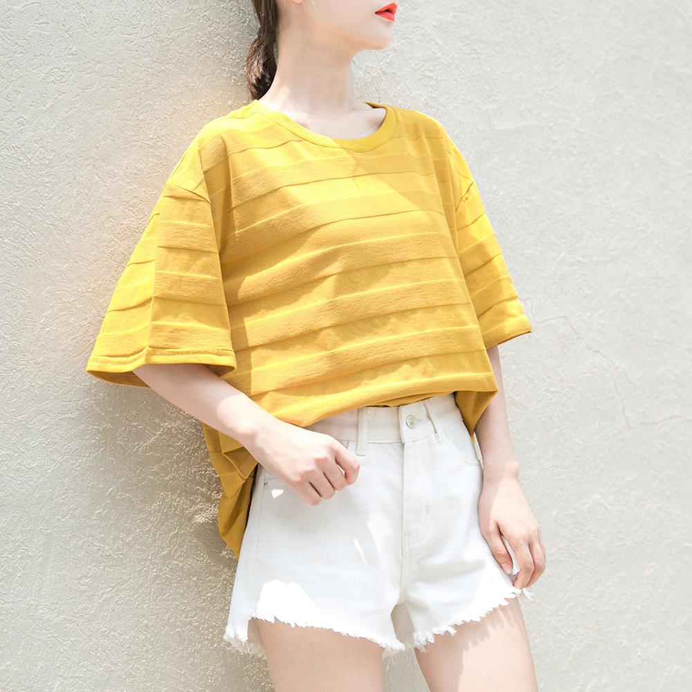 การเสื้อใส่เสื้อสีเหลืองพาสเทลกับกางเกงขาสั้น