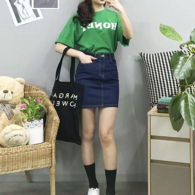 เสื้อยืดสีเขียวกับกระโปรงยีนส์ขาสั้น