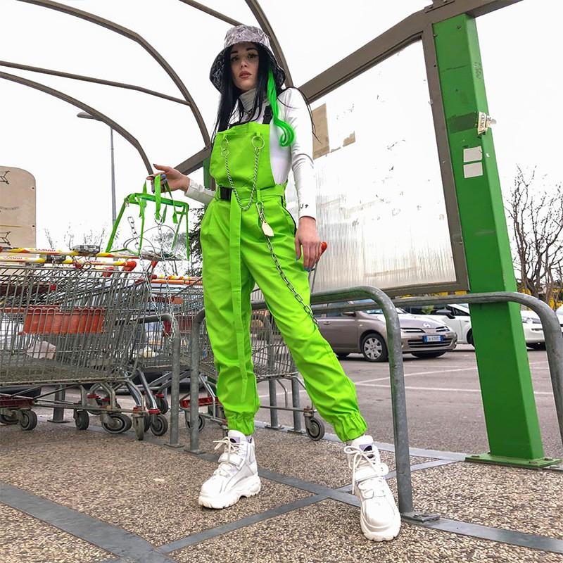 เอี๊ยมสีเขียวเอิร์ธโทน กับเสื้อยืดสีอ่อน