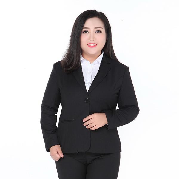 เสื้อลูกไม้สีขาวทับด้วยเสื้อสูทสีดำ
