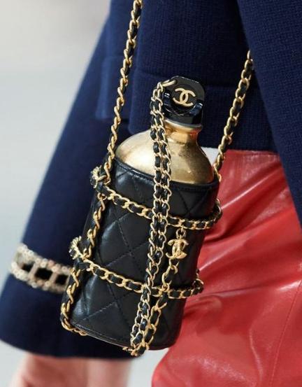 เทรนด์แฟชั่นกระเป๋าผู้หญิง-กระเป๋าแบบ Water Bottle Bags