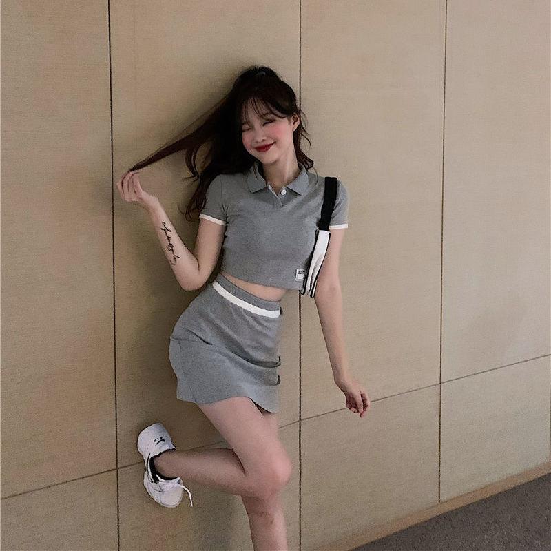 เทรนด์แฟชั่นสีเทา Pantone 2021- เสื้อครอปโปโลกับกระโปรงทรงเอสั้น
