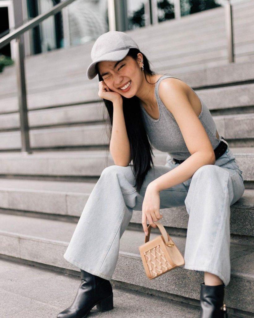 เทรนด์แฟชั่นสีเทา Pantone 2021 -เสื้อยืดสีเทาแขนกุด กางเกงขายาว